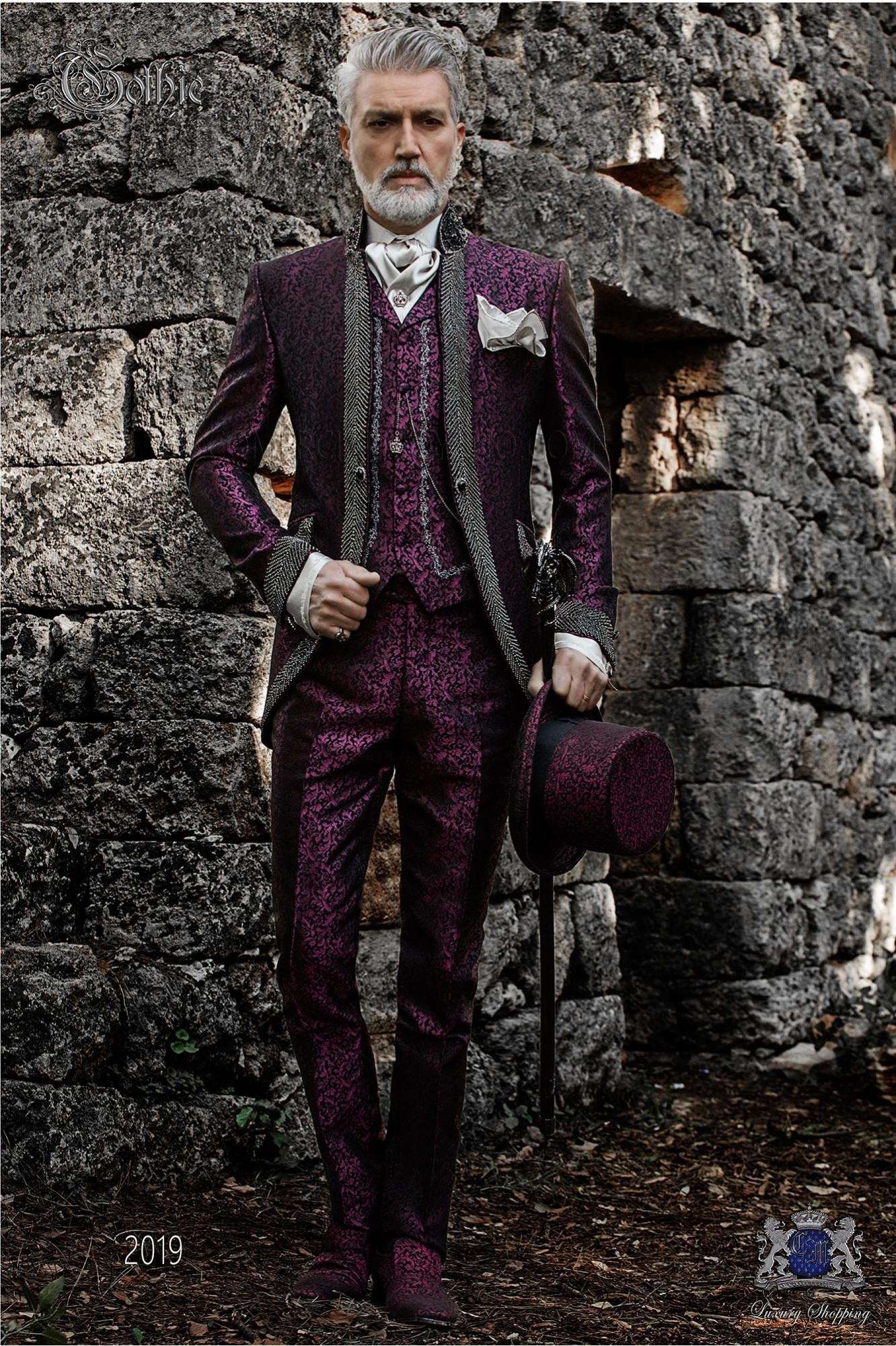 Traje de novio barroco, levita vintage en tejido brocado malva con cuello Mao con pedrería negra