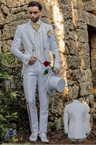 Traje de novio barroco, levita de época en tejido jacquard blanco con bordados dorados y broche de cristal
