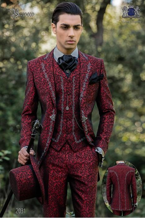 Traje de novio barroco, levita de época en tejido jacquard rojo con bordados plateados y broche de cristal