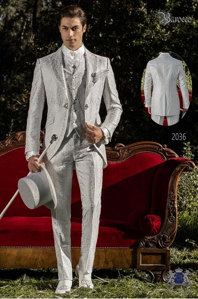 Traje de novio barroco, levita de época en tejido jacquard gris perla con bordados plateados y broche de cristal