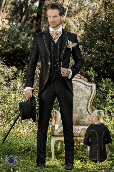 Traje de novio barroco, levita de época en tejido jacquard negro con bordados dorados y broche de cristal