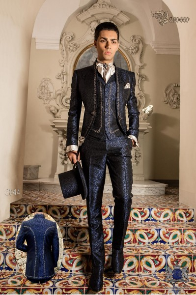 Traje de novio barroco, levita de época cuello mao en tejido jacquard azul con bordados plateados y broche de cristal