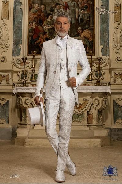 Traje de novio barroco, levita de época cuello mao en tejido jacquard gris perla con bordados plateados y broche de cristal