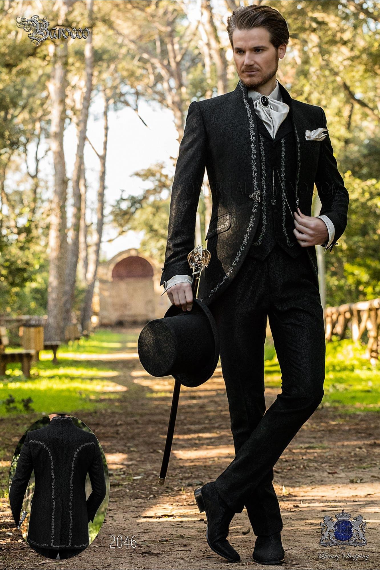Traje de novio barroco, levita de época cuello mao en tejido jacquard negro con bordados plateados y broche de cristal