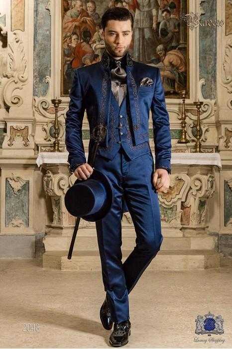Traje de novio barroco, frac cuello mao de satén azul con bordados plateados y pedrería cristal en cuello