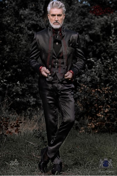 Traje de novio barroco, frac cuello mao de satén negro con bordados rojos y pedrería cristal en cuello