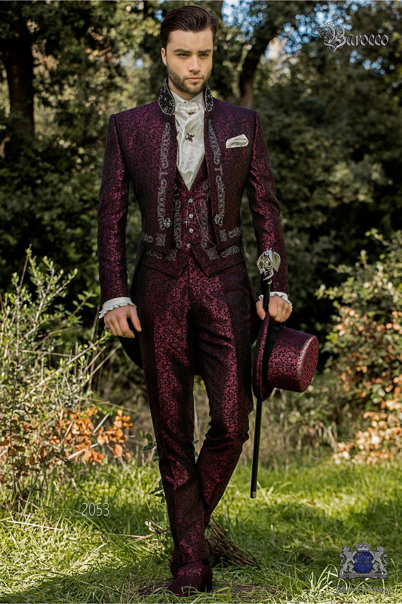 Traje de novio barroco, frac cuello mao en tejido jacquard morado con bordados plateados y pedrería cristal en cuello
