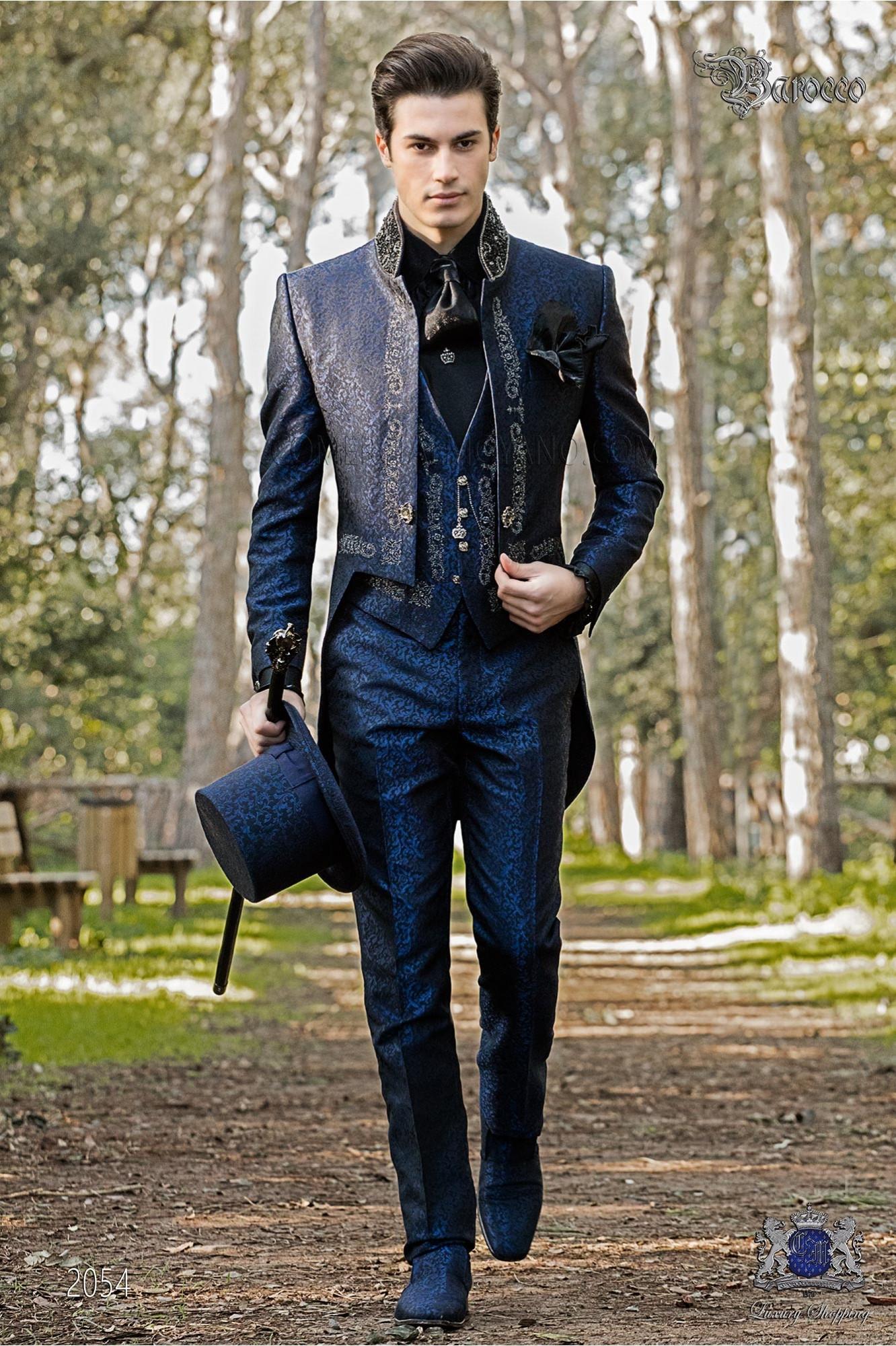 Traje de novio barroco, frac cuello mao en tejido jacquard azul con bordados plateados y pedrería cristal en cuello