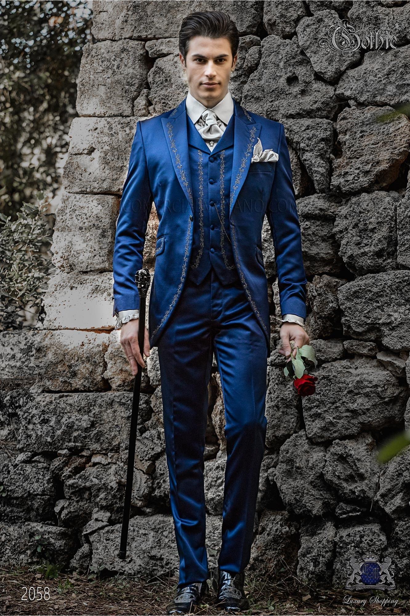 Traje de novio barroco, levita redingote en raso azul con bordados plateados y broche de cristal