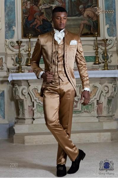 Traje de novio barroco, levita redingote cuello Napoleón en raso dorado con bordados bronce