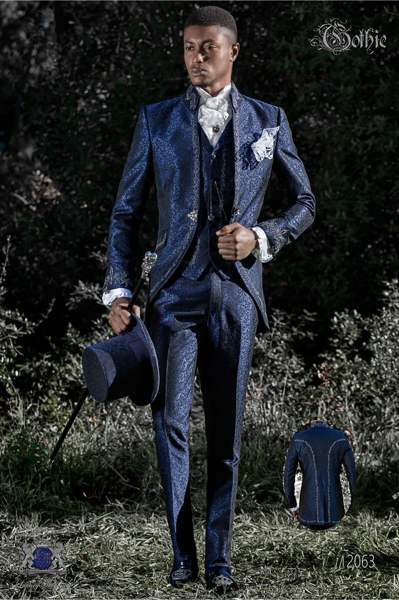 Traje de novio barroco, levita de época cuello Napoleón en tejido jacquard azul con bordados plateados y broche de cristal