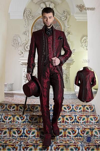 Traje de novio barroco, levita de época cuello Napoleón en tejido jacquard rojo con bordados plateados y broche de cristal