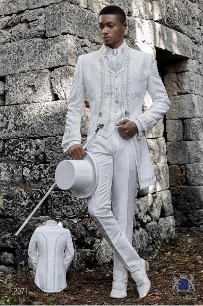 Traje de novio barroco, levita de época cuello Napoleón en tejido jacquard blanco con bordados plateados y broche de cristal