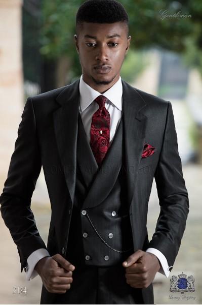 Traje italiano negro con raya diplomática roja
