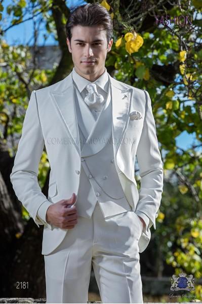 Traje de novio moderno blanco con solapa de raso