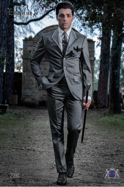 Traje de moda italiano gris con apliques metálicos