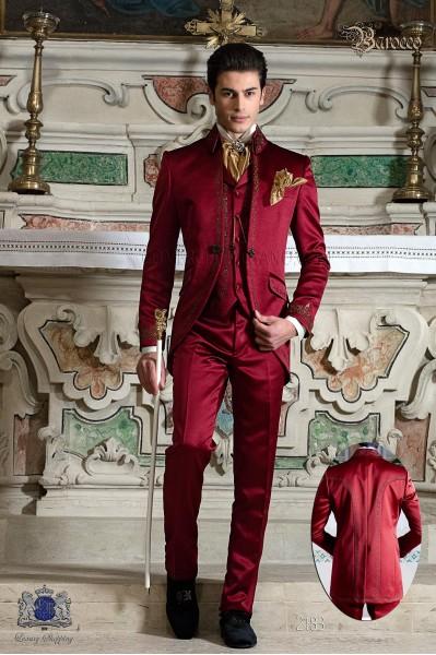 Traje de novio Barroco, casaca de época en raso rojo con hilaturas de bordado color oro.