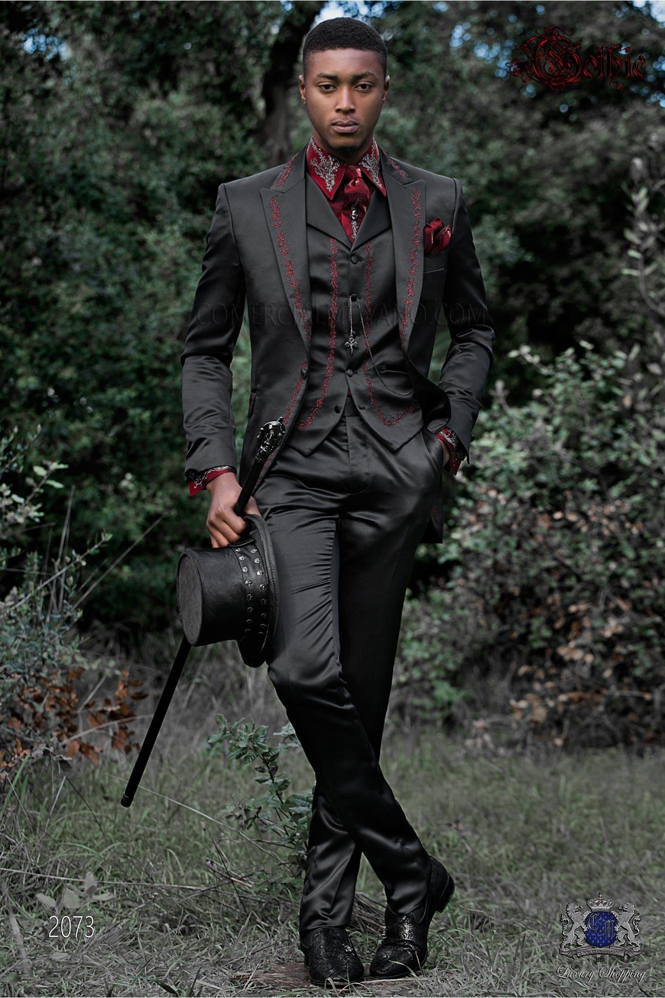 Traje italiano gótico de raso negro con bordado rojo