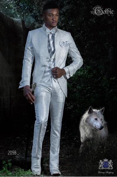 Traje de novio Barroco. Levita de época en tejido Jacquard blanco con boche fantasía.