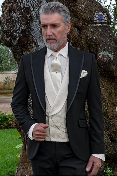 """Traje italiano con moderno estilo """"Slim"""". Tejido new performance en color negro. Solapa punta, vivos y 1 botón."""