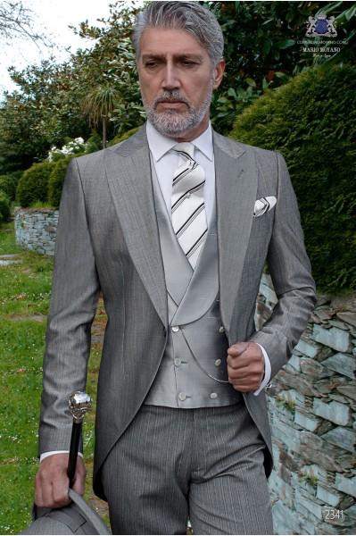 Jaquette classique gris claire fil-à-fil de laine et soie avec un pantalon à fines rayures.