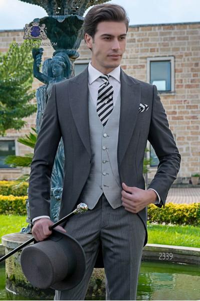 Italien Jaquette de laine mohair alpaga gris anthracite avec un pantalon à fines rayures.