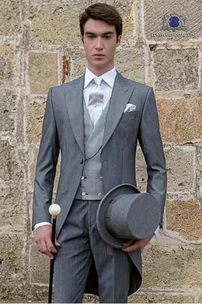 Jaquette classique gris claire de mélange de laine et soie avec un pantalon à fines rayures.