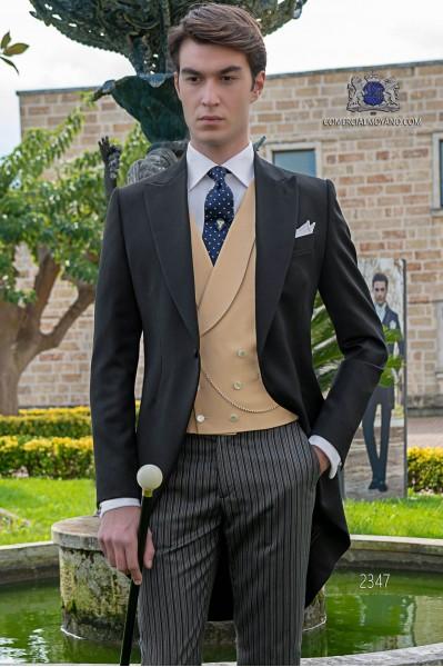 Italien Jaquette de laine noir avec un pantalon à fines rayures.
