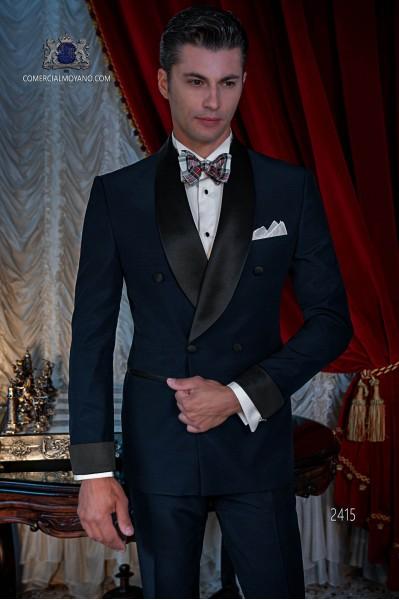 Tuxedo croisé italienne bleu marine avec revers de satin. Tissu de laine mélangée.