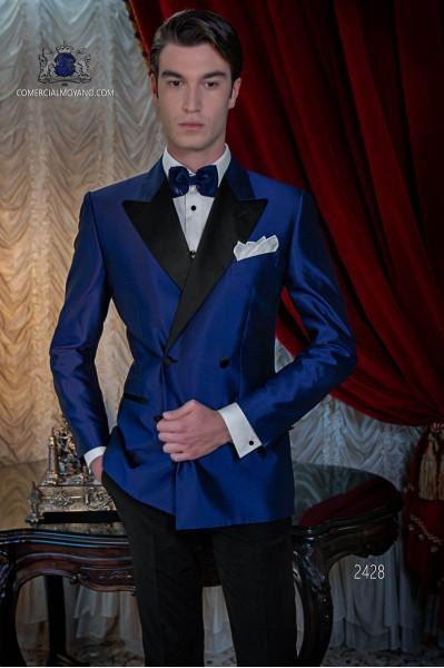 Esmoquin cruzado azul royal shantung con solapas de raso. Solapa de punta y 4 botones. Tejido shantung mixto seda.