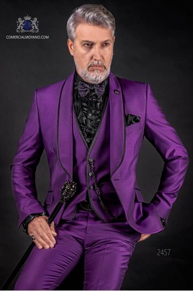 Traje de novio italiano púrpura con chaleco. Modelo solapa chal con vivos de raso y 1 botón. Tejido mixto lana.