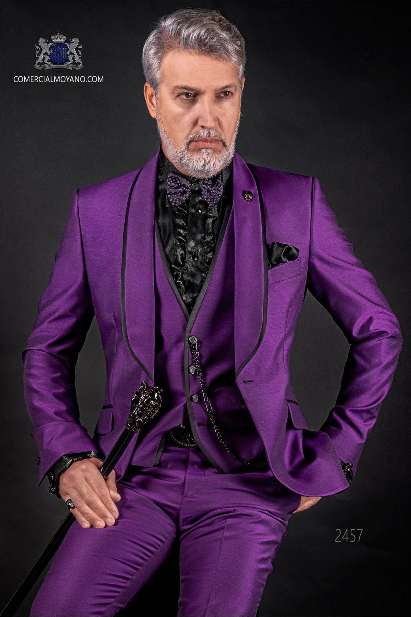 Traje de novio italiano púrpura con chaleco. Modelo solapa chal con vivos de raso y 1 botón. Tejido mixto lana