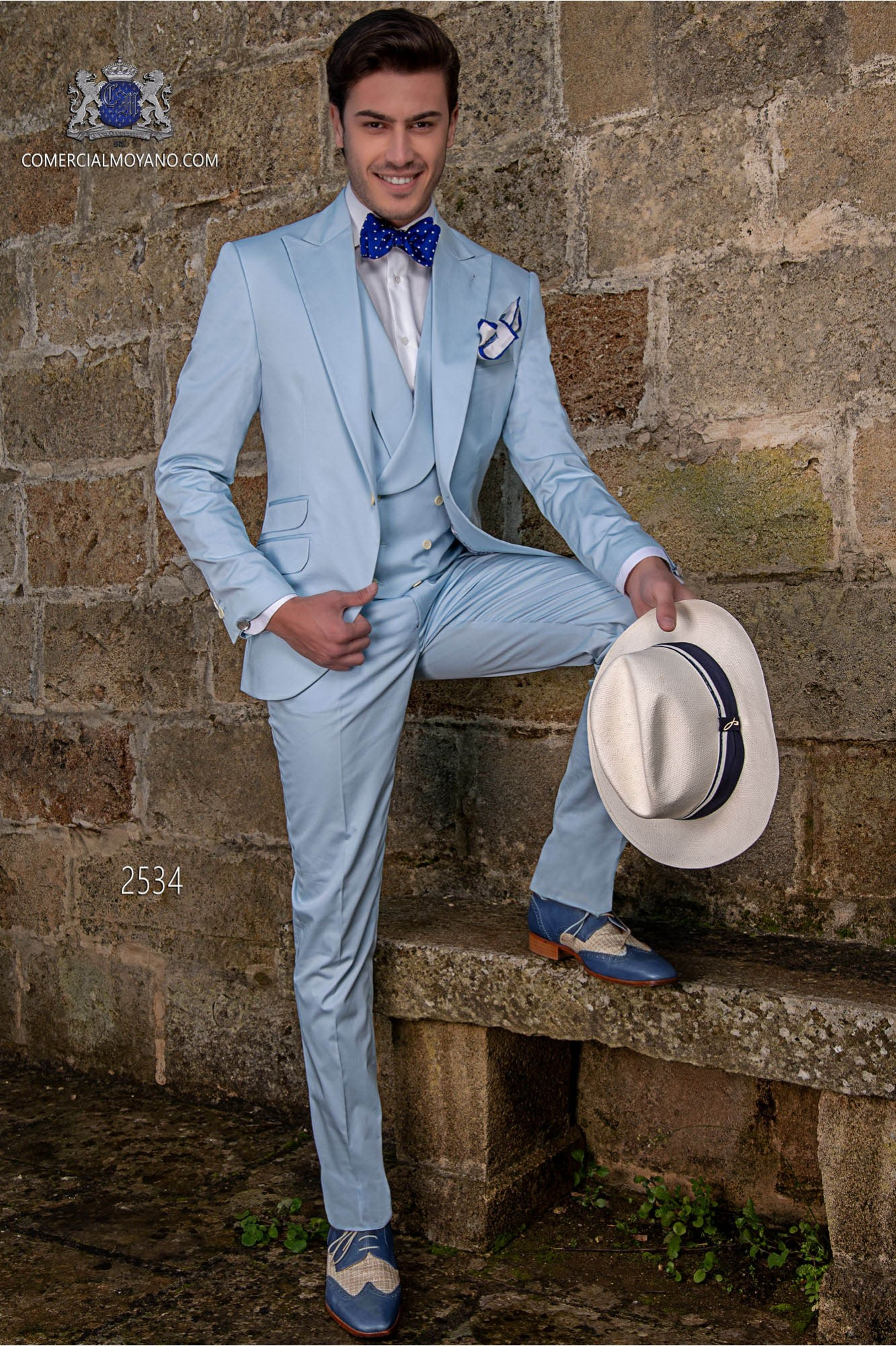 """Traje moderno italiano de estilo """"Slim"""". Tejido azul celeste 100% algodón"""