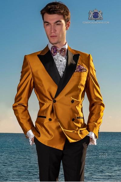Esmoquin cruzado dorado shantung con solapas de raso. Tejido shantung mixto seda.