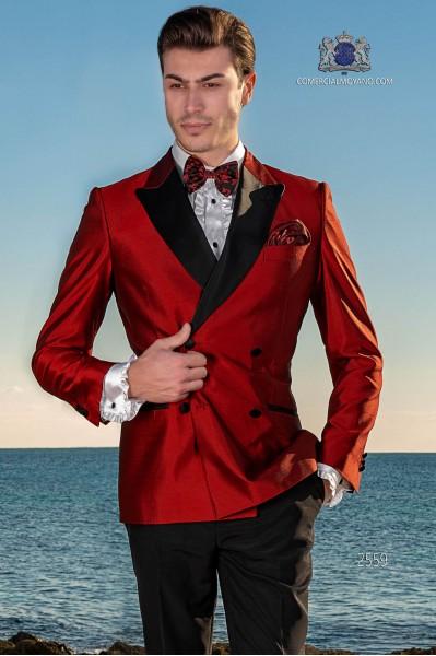 Esmoquin cruzado rojo shantung con solapas de raso. Tejido shantung mixto seda.