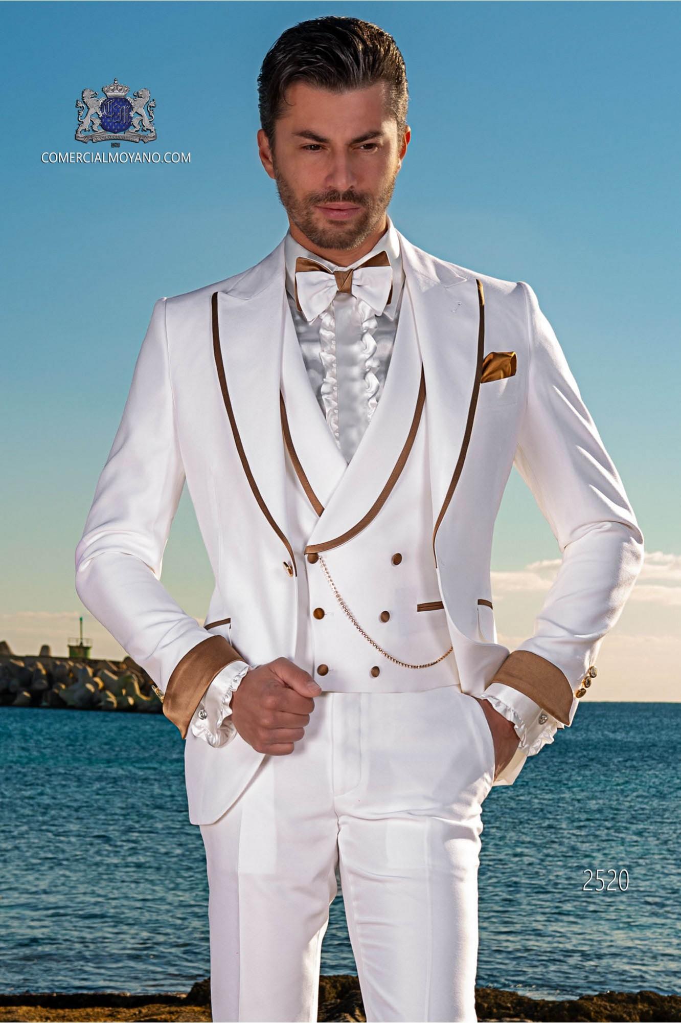Traje de novio moderno blanco con con vivo dorado en la solapa