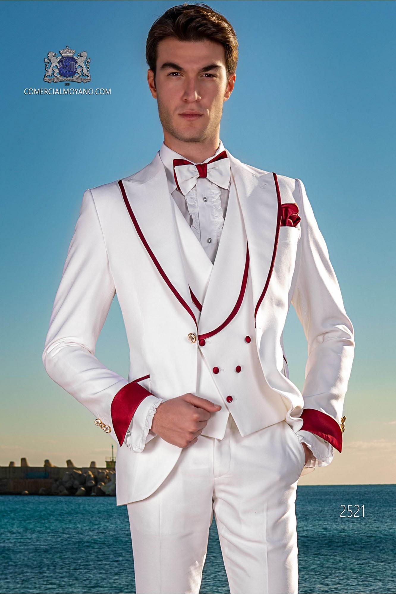 Traje de novio moderno blanco con con vivo rojo en la solapa