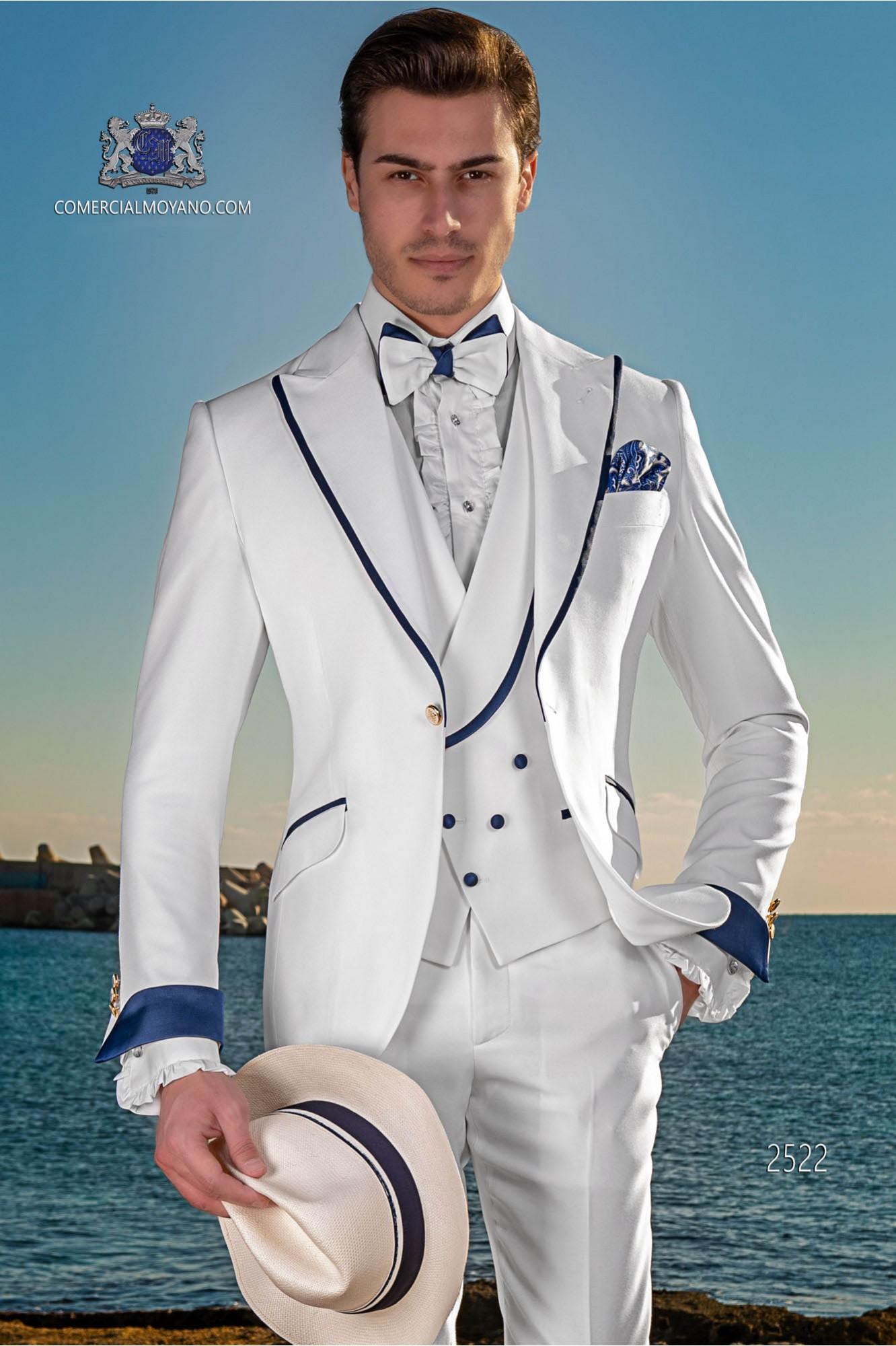 Traje de novio moderno blanco con con vivo azul en la solapa