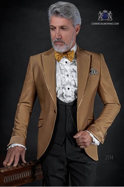 Traje de novio dorado coordinado con pantalón y chaleco negro