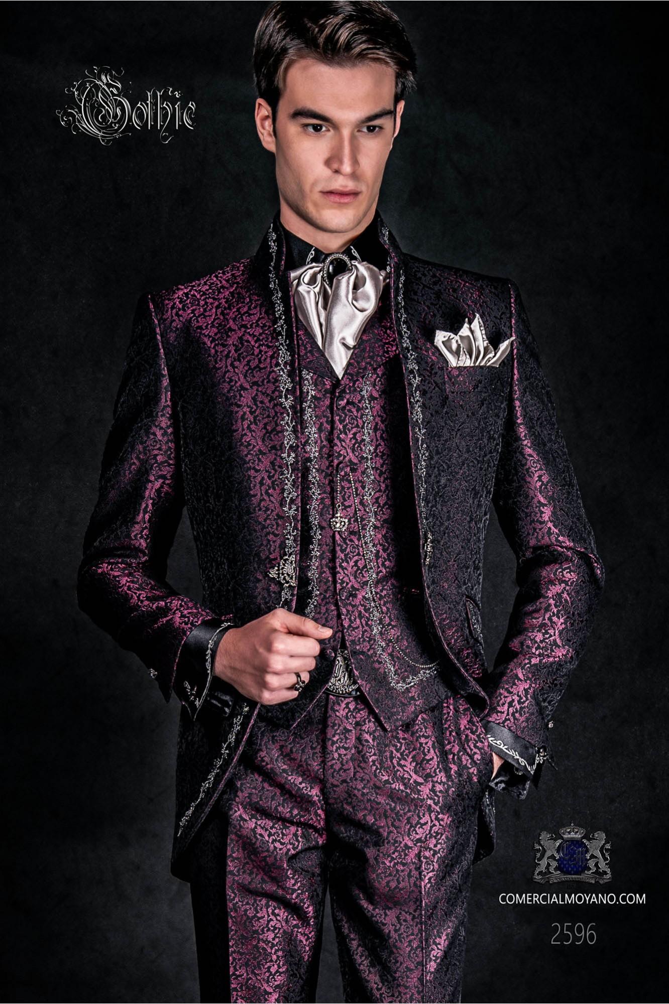 Traje de novio barroco, levita de época cuello mao en tejido jacquard morado con bordados plateados y broche de cristal