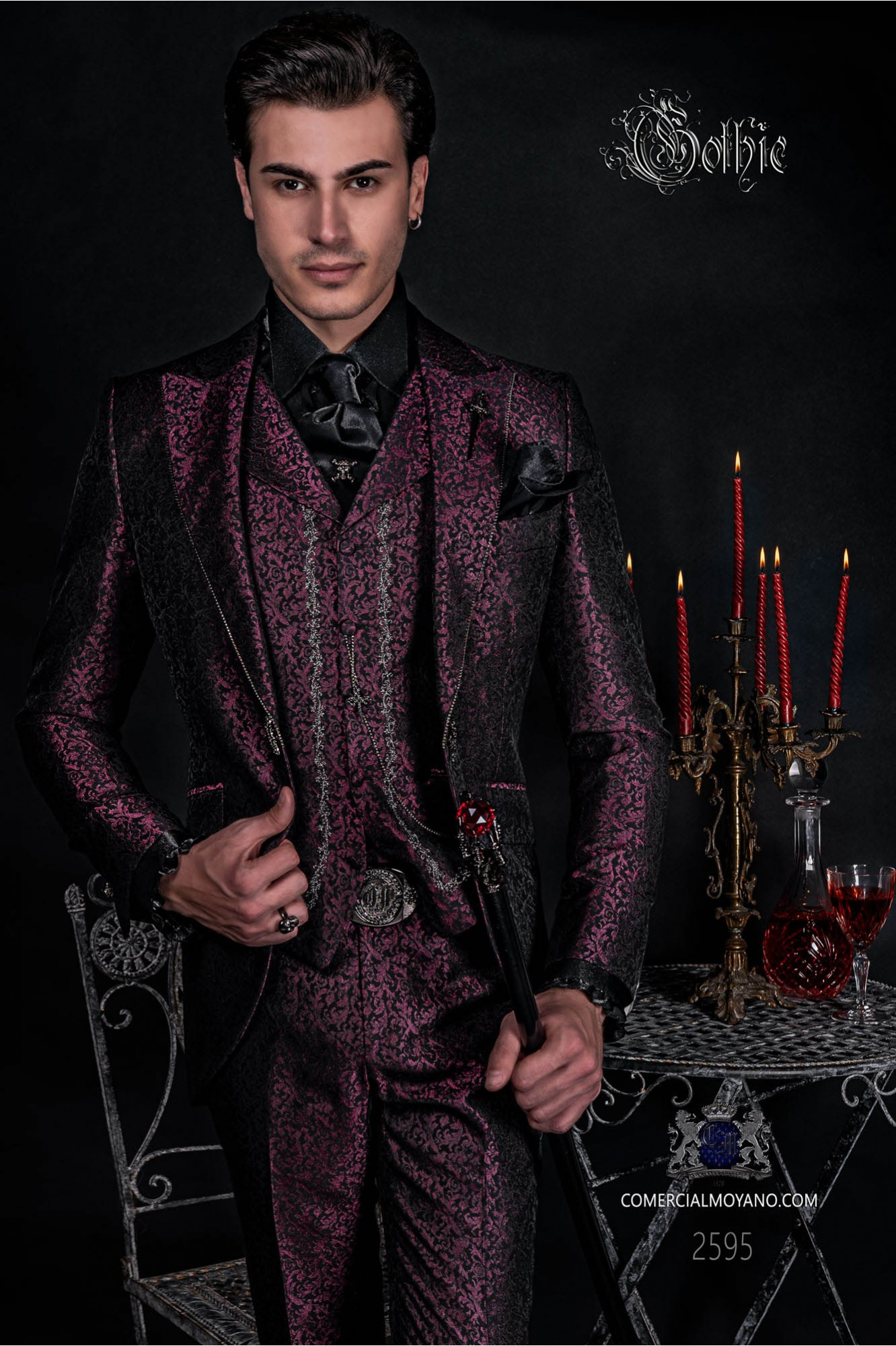 Traje de novio Barroco. Traje levita de época en tejido jacquard burdeos y negro con cristales strass en las solapas
