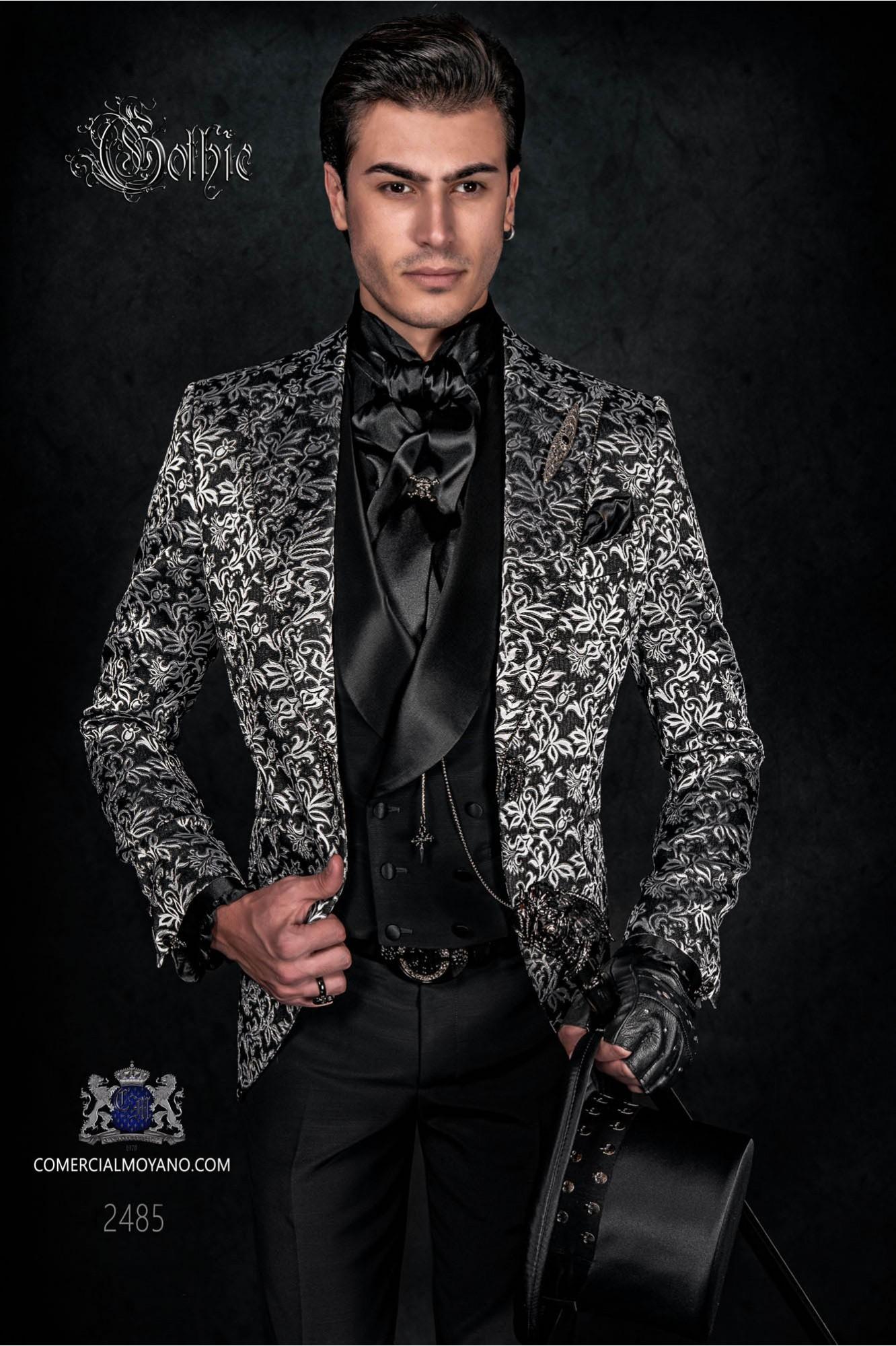 Americana levita de época en tejido brocado floral negro/blanco. Pantalón de raso negro