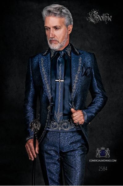 Levita de época en tejido jacquard azul con bordados plateados y broche de cristal