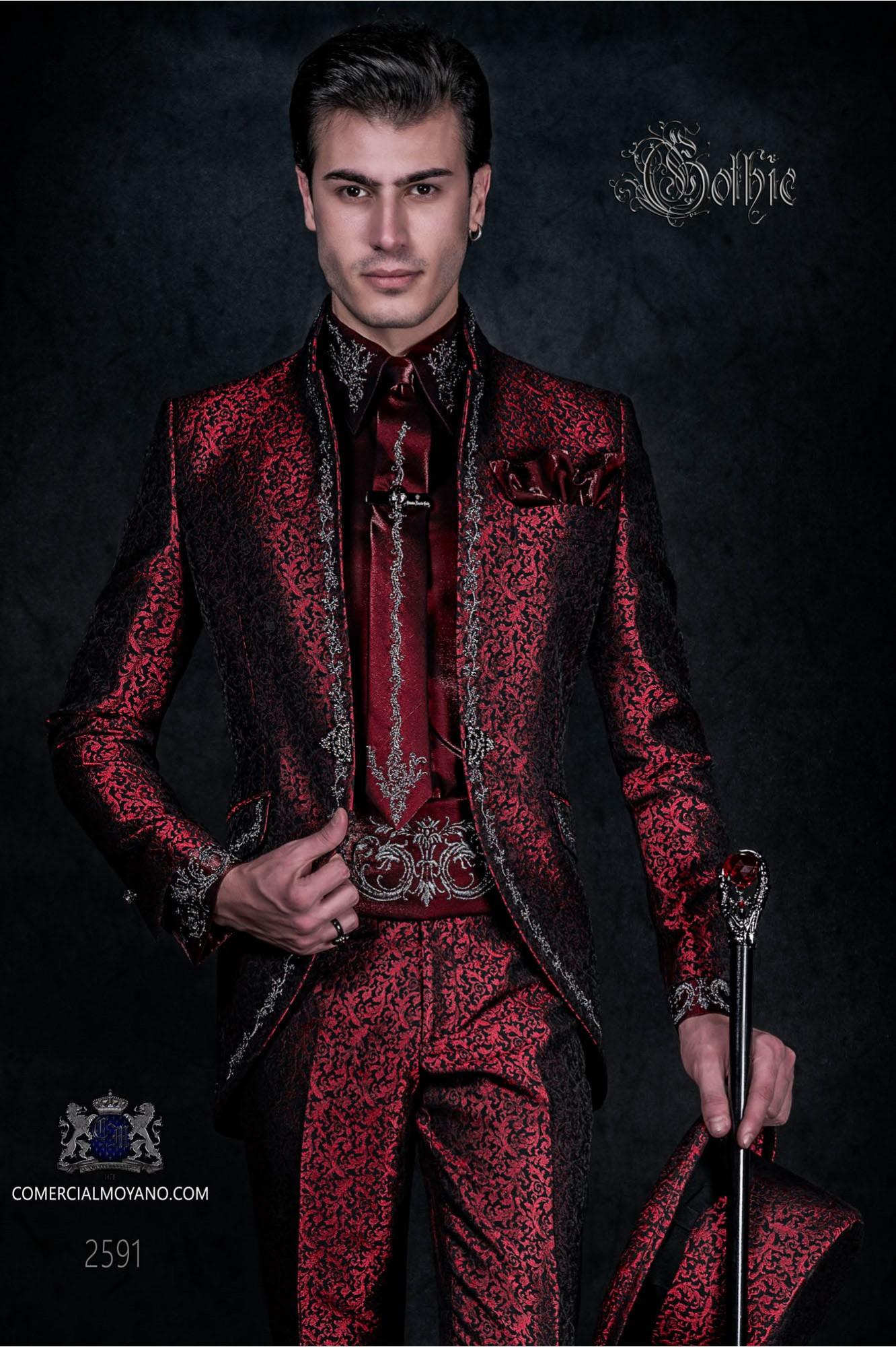 Traje de novio barroco, levita de época cuello mao en tejido jacquard rojo con bordados plateados y broche de cristal