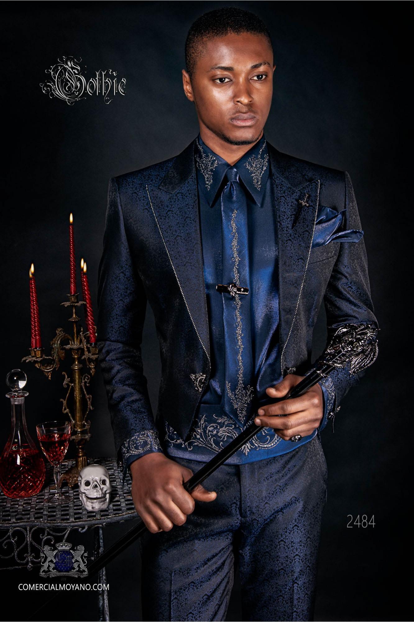 Traje de novio barroco, frac en tejido jacquard azul con cristales strass en las solapas
