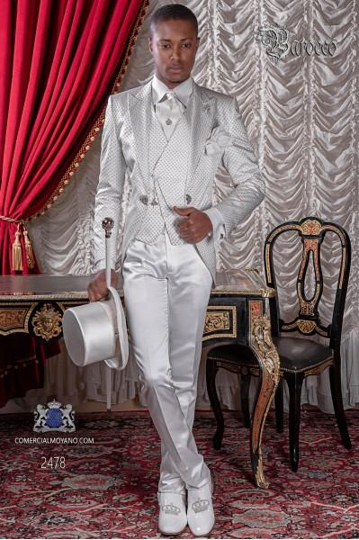 Traje de novio de época blanco con un especial microdiseño plata