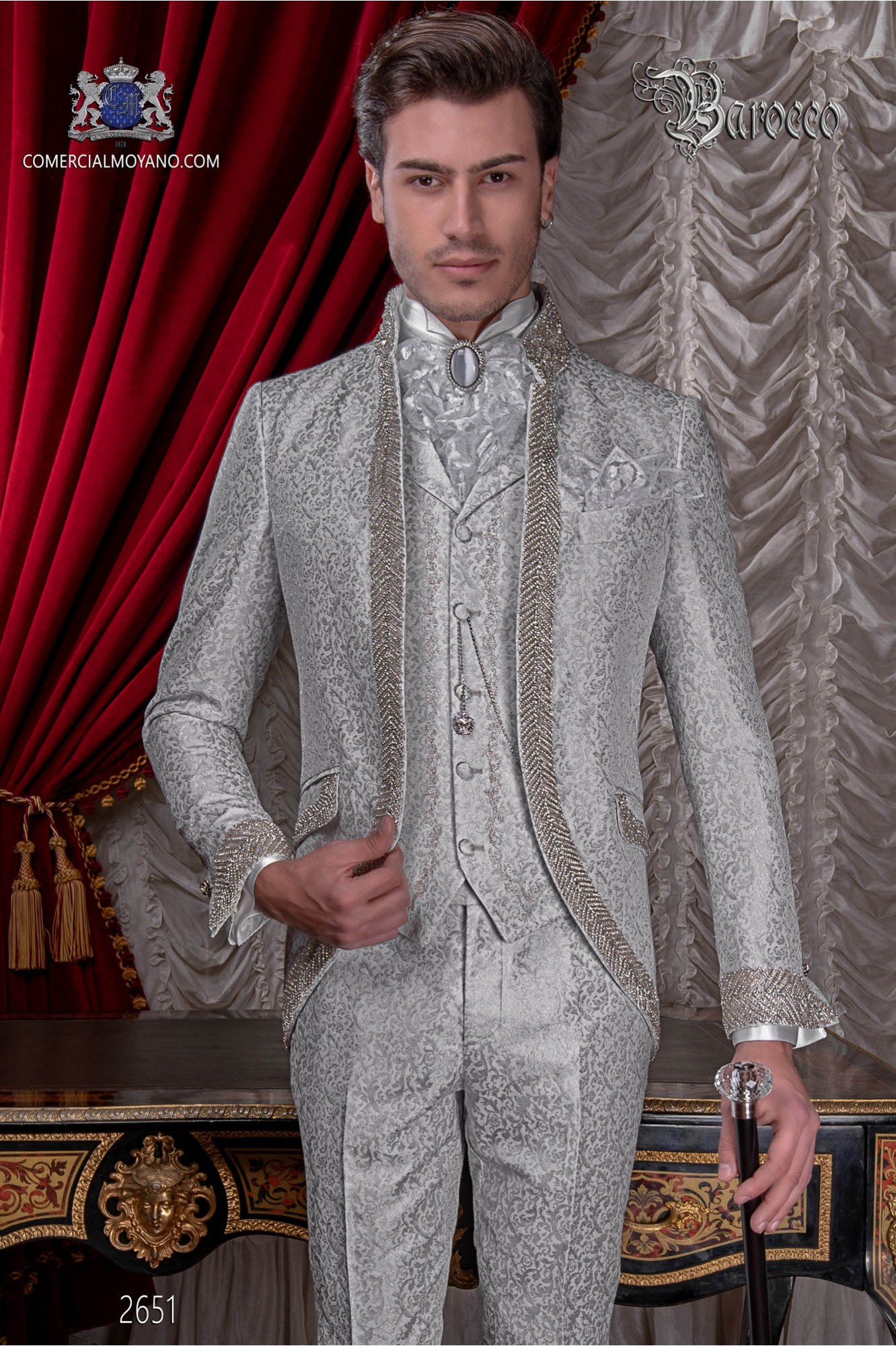 Traje de novio barroco, levita cuello Mao de época brocado gris perla con pedrería strass