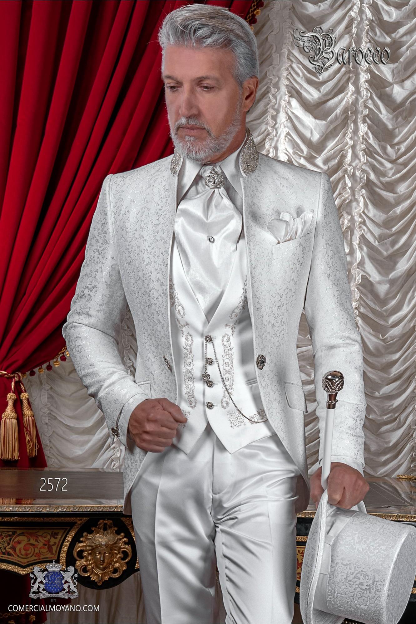 Traje de novio barroco brocado blanco con pedrería cristal en cuello