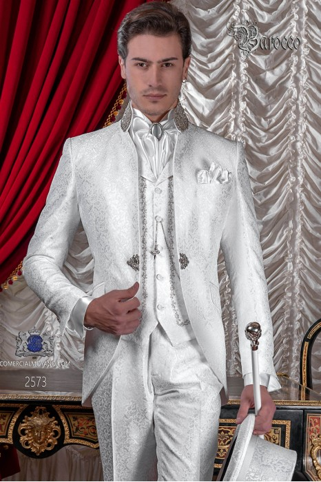 Traje de novio Barroco. Levita de época en tejido jacquard blanco con cuello mao de pedrería.