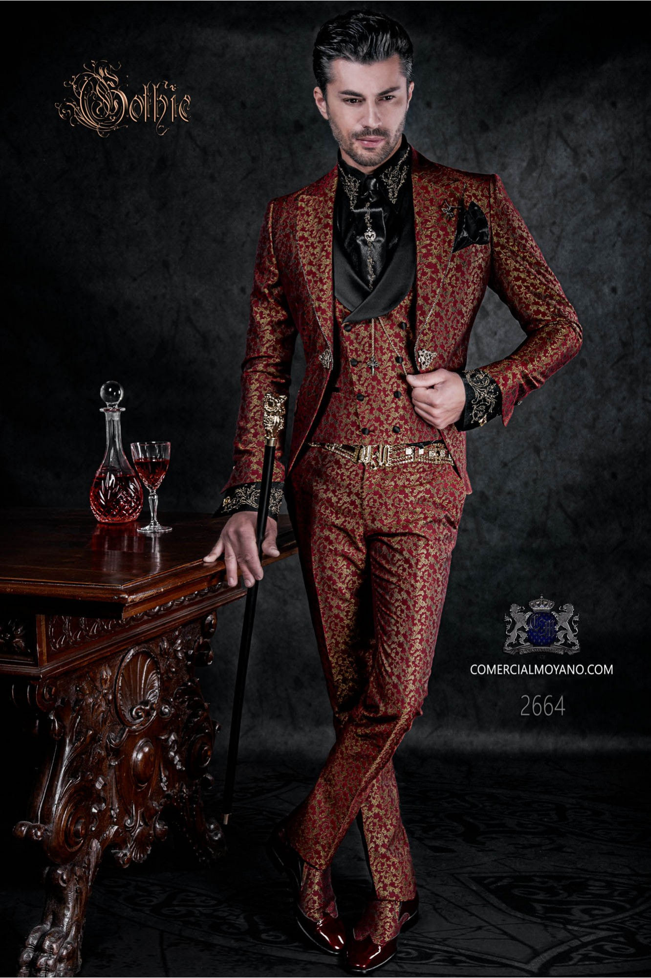 Traje levita de época en tejido jacquard rojo y dorado con cristales strass en las solapas